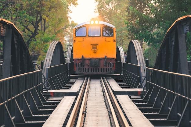 Oude trein over de rivier kwai in kanchanaburi, thailand Premium Foto