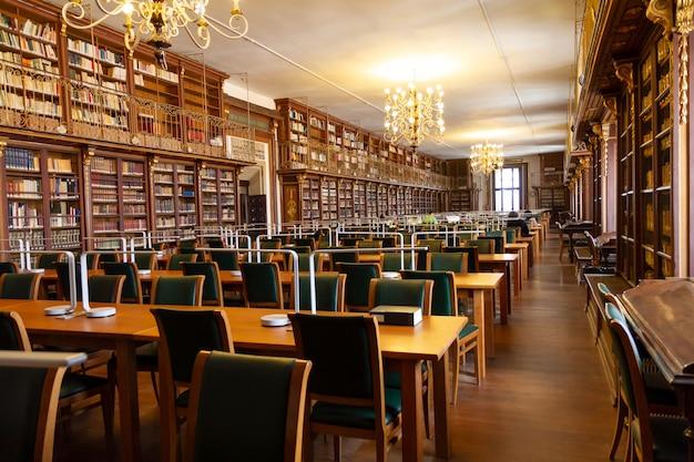 Oude universiteitsbibliotheek van de faculteit geografie en geschiedenis. Premium Foto