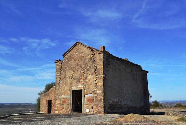 Oude verlaten en verwoeste kluis in de stad monsaraz Premium Foto