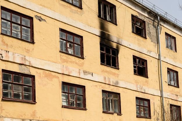 Oude verlaten flatgebouwen worden voorbereid op sloop Premium Foto