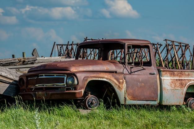Oude verlaten vrachtwagen in troepwerf op de prairies in saskatchewan Premium Foto