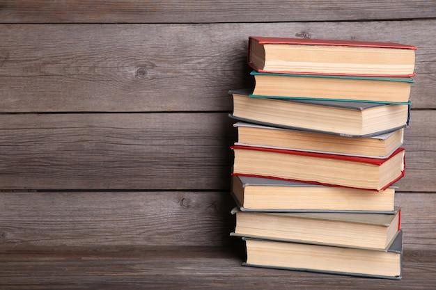 Oude vintage boeken op grijze houten tafel Premium Foto