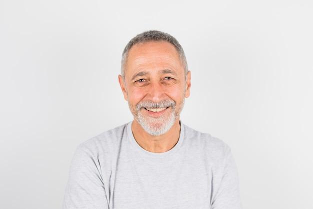 Oude vrolijke man in t-shirt Gratis Foto