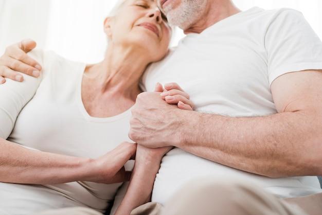 Ouder echtpaar is aanhankelijk met elkaar Gratis Foto