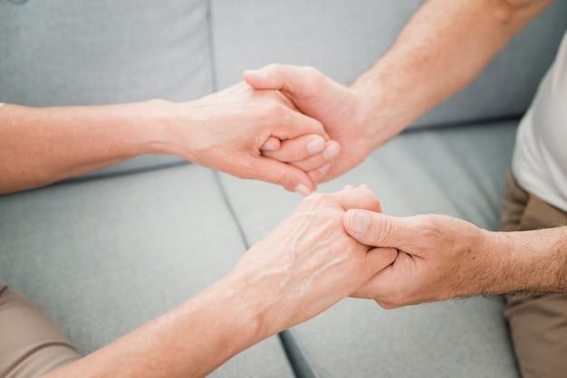 Ouder echtpaar is aanhankelijk met elkaar Premium Foto