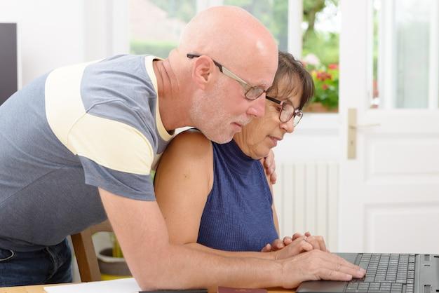 Ouder echtpaar met een laptop Premium Foto