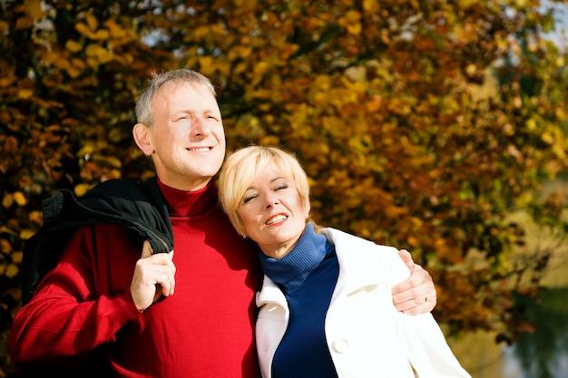 Ouder echtpaar met een wandeling Premium Foto