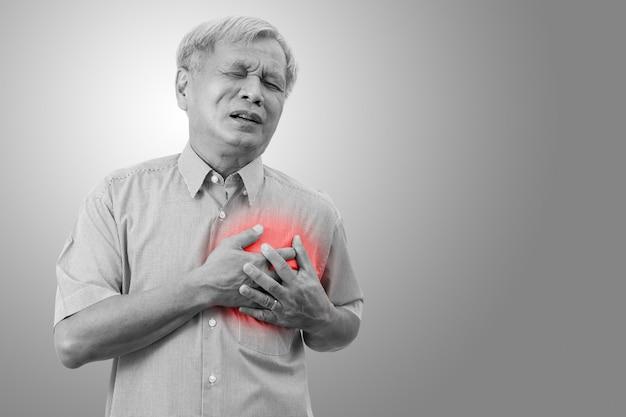 Oudere aziatische man geklemd en pijn op de borst veroorzaakt door een hartaanval. Premium Foto
