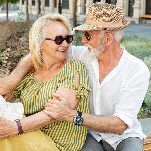 Oudere man die de vrouw van achteren knuffelt Gratis Foto