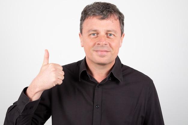 Oudere man gebaren ok teken duimen omhoog Premium Foto