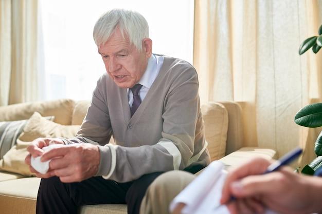 Oudere man praten over zijn problemen bij psychotherapie Premium Foto