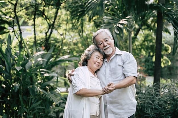 Oudere stellen die samen dansen Gratis Foto