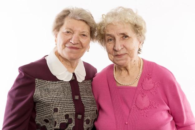 Oudere vrienden omhelzen en lachen Premium Foto
