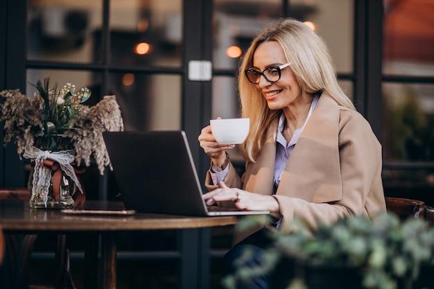 Oudere zakenvrouw online winkelen met behulp van computer Gratis Foto