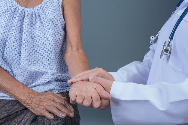 Ouderengezondheidscontrole met jonge verpleegster. Gratis Foto