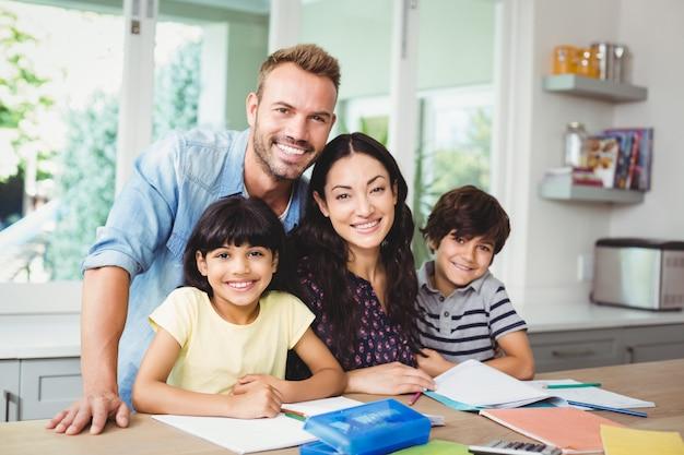 Ouders die kinderen helpen bij het maken van huiswerk Premium Foto