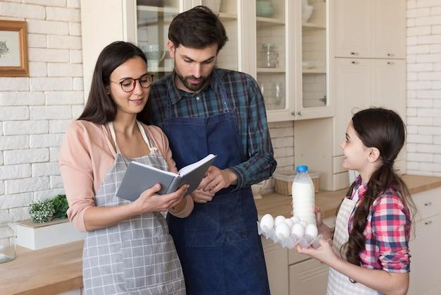 Ouders die meisje onderwijzen om te koken Gratis Foto