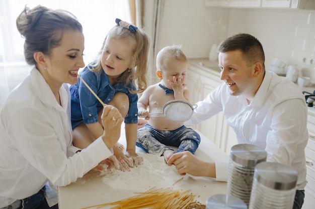 Ouders met kinderen in de keuken Gratis Foto