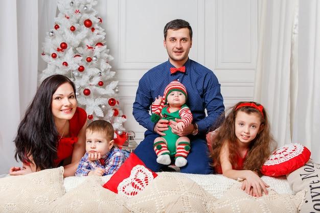 Ouders met kinderen in een kerst fotosessie Premium Foto