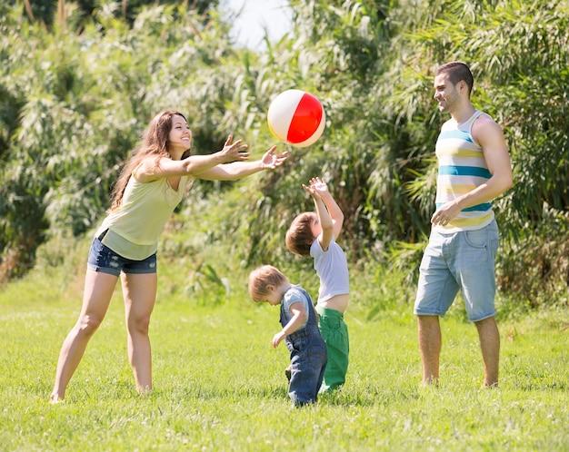 Ouders met kinderen op zonnige dag Gratis Foto