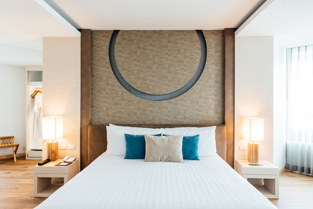 Ouderslaapkamer versierd met lichte en warme toon Premium Foto