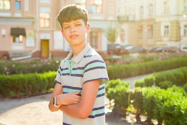 Outdoor jongen met gekruiste armen Premium Foto