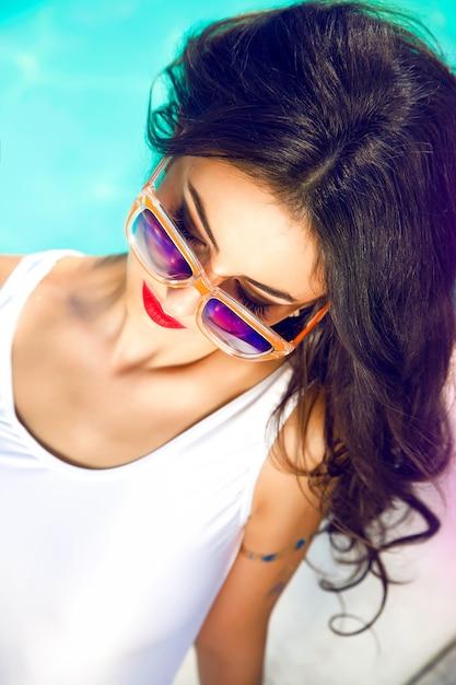 Outdoor lifestyle portret van mooie vrouw met zonnebril Gratis Foto
