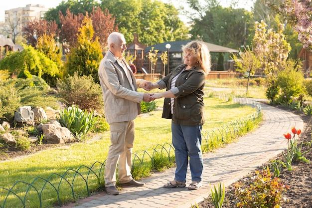 Outdoor portret van liefdevolle senior paar, gelukkig en glimlachen Premium Foto