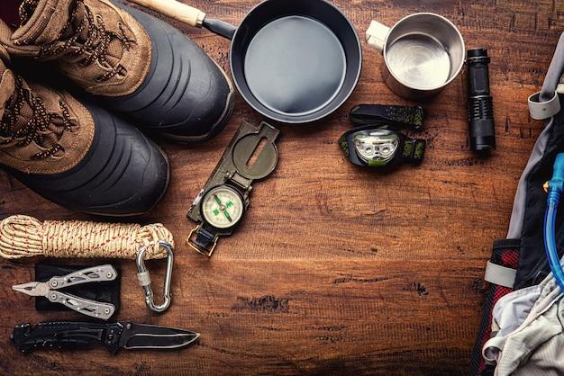 Outdoor reisuitrusting planning voor een berg trekking camping reis op houten achtergrond Premium Foto