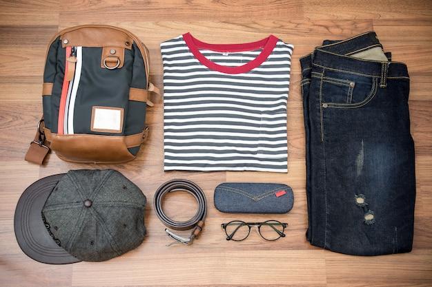 Outfits van reiziger, jongen, man, casual outfits voor heren op houten plank achtergrond Premium Foto