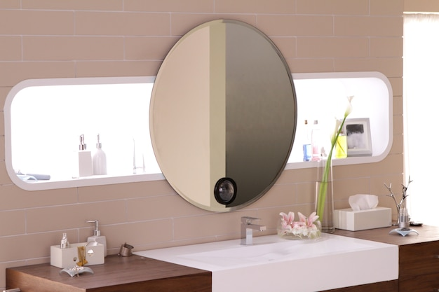 Een Gezellige Badkamer : Ovale spiegel in een gezellige badkamer foto premium download