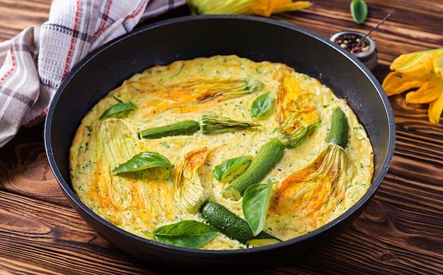 Oven gebakken omelet met bloemen courgette in pan Gratis Foto