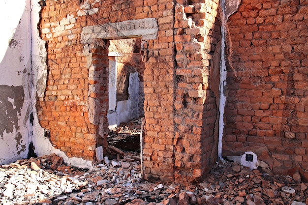 Overblijfselen van een oud gebouw dat tot op de grond is gesloopt Gratis Foto