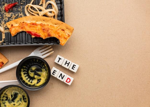 Overgebleven pizzavoedsel het einde citaat kopie ruimte Gratis Foto