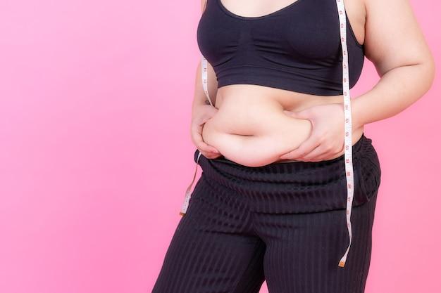 Overgewicht knijp buikvet met meetlint op haar nek Gratis Foto