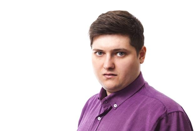 Overgewicht man in paars liefdadigheid shirt camera kijken op wit Premium Foto