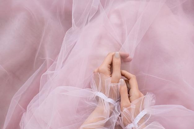 Overhandigt een roze elegante jurk pose. Gratis Foto