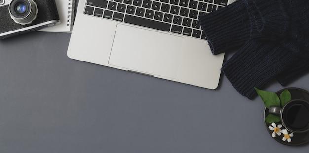 Overhead schot van winter werkruimte met laptop en kantoorbenodigdheden Premium Foto