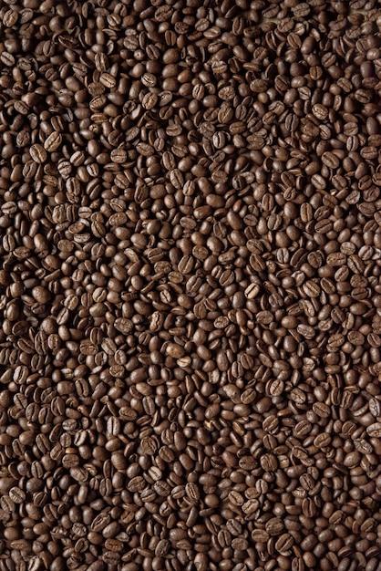Overhead verticaal schot van koffiebonen ideaal voor achtergrond of een blog Gratis Foto