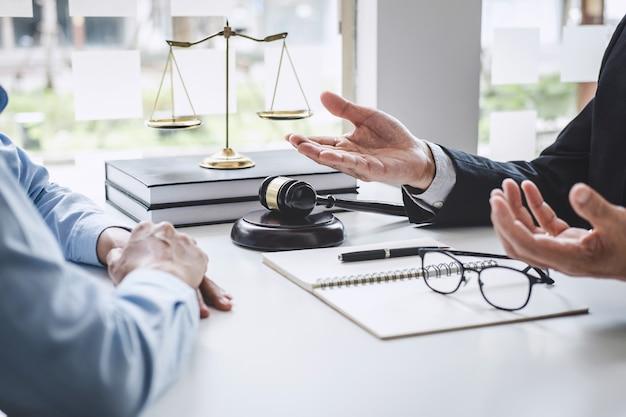 Overleg met mannelijke advocaten en zakenvrouw werken en discussie bij advocatenkantoor Premium Foto