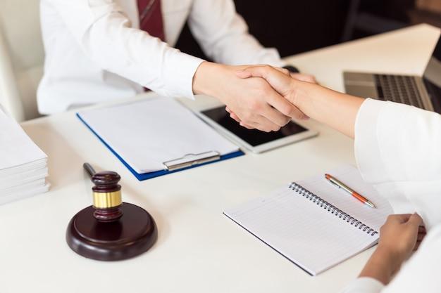Overleg tussen een mannelijke advocaat en een zakelijke klant over wet- en regelgeving. Premium Foto