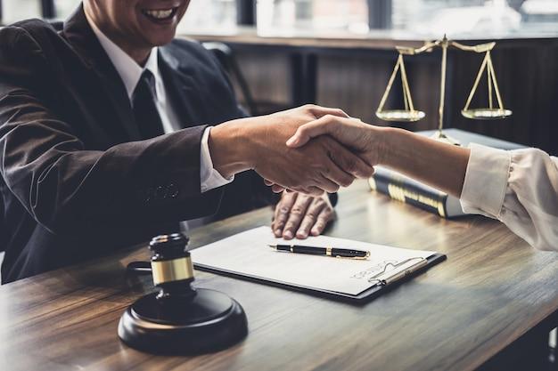 Overleg tussen een mannelijke advocaat en een zakelijke klant Premium Foto