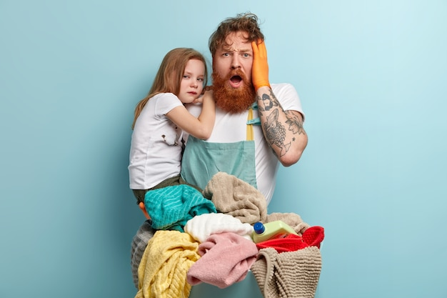 Overweldigd depressieve roodharige man met dikke baard, houdt de hand op het hoofd Gratis Foto
