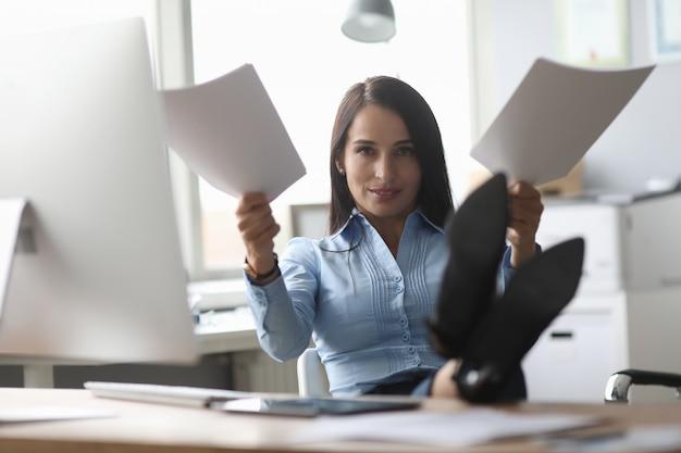 Overwerkte vrouw op werkplek Premium Foto