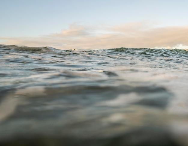 Overzees landschap met kleine golven Gratis Foto