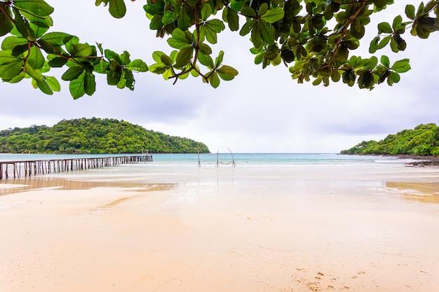 Overzees strand blauwe hemel en zand in het eiland Premium Foto