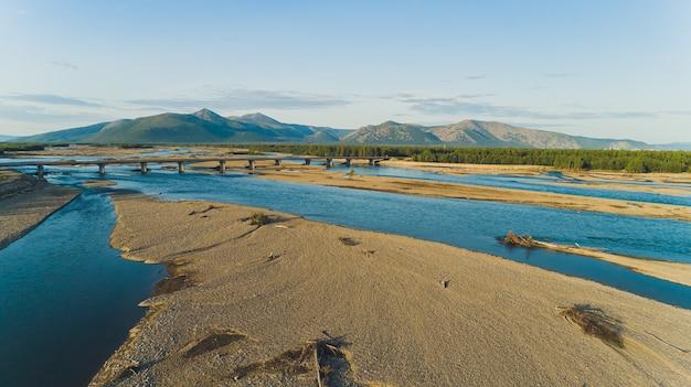 Overzeese baai omgeven door bergen. schiereiland kony. de zee van okhotsk. magadan-regio. rusland. Premium Foto