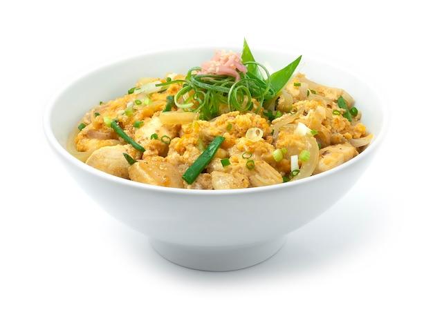 Oyakodon-kip met ei-uitjes bovenop rijstrecept en ingelegde gember Premium Foto