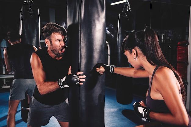 Paar boksen in de sportschool Gratis Foto