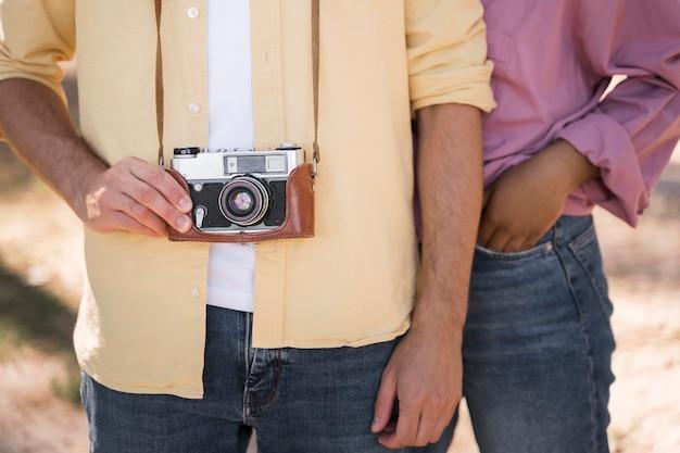 Paar buitenshuis poseren met camera Gratis Foto